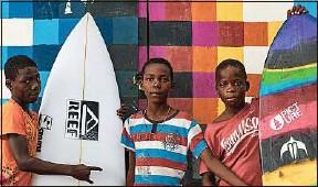 ??  ?? Au Liberia, les planches de surf ont remplacé les fusils d'assaut.