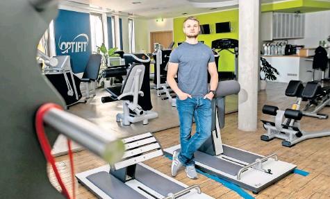 ?? FOTO: CHRISTIAN MODLA ?? Tobias Rohr (29) vermisst im Optifit seine Kundschaft – seit Wochen können die Trainingsgeräte nicht genutzt werden.