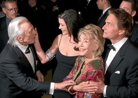 ?? GETTY IMAGES ?? Anne Douglas in 2001 with husband Kirk, stepson Michael, and Michael's wife Catherine Zeta-Jones. ''Dad would never have had the career that he did without Anne's support and partnership,'' Michael said.