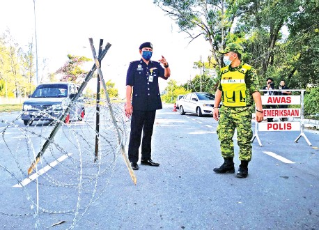 ??  ?? Haris checking the situation at Kampung Meruntum after the village was placed under Enhanced Movement Control Order from April 13.