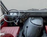 ??  ?? С точки зрения современной пассивной безопасности РАФ – это ужас. Ноги водителя и переднего пассажира защищены лишь тоненькой стеночкой. В модернизированном РАФ-2203-01 стояла волговская комбинация приборов.