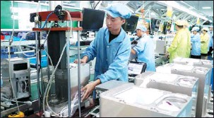 ?? HUA XUEGEN / FOR CHINA DAILY ?? Employees work on the production line of a foreign-funded electronics manufacturer in Suzhou, Jiangsu province.