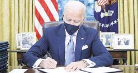 ??  ?? ► El Presidente demócrata firma una orden ejecutiva el miércoles.