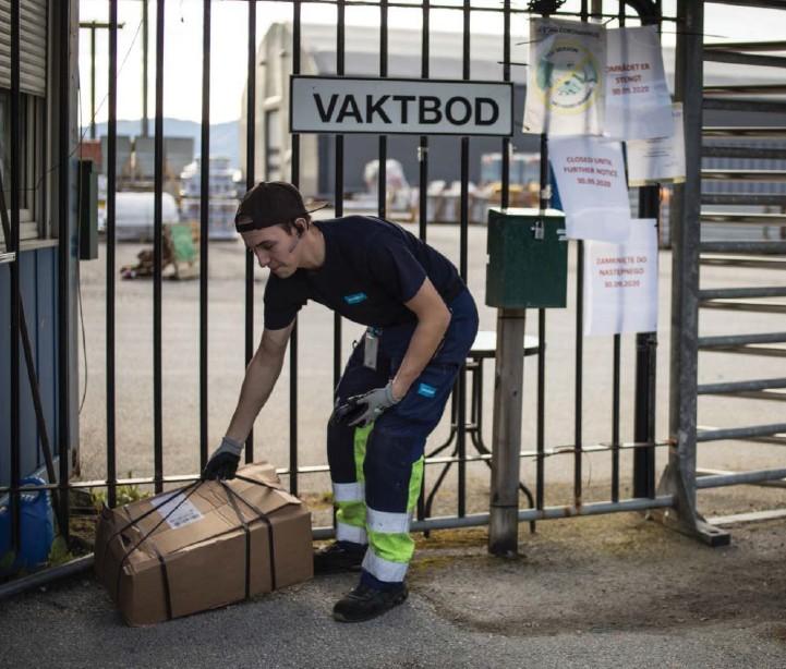 ??  ?? Leveranse av smittevernustyr er den einaste aktiviteten på Havyard måndag. Nikoden Jasinski frå Postnord går ikkje lenger enn til porten.