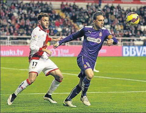 ?? FERNANDO ALVARADO / EFE ?? Sergio García, goleador del Espanyol, controla un balón ante Quini, defensa del Rayo Vallecano