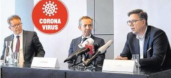??  ?? Georg Mair (re.) gilt als geheilt. Robert Krause (Mitte) und Minister Anschober rufen nun alle Spender auf.