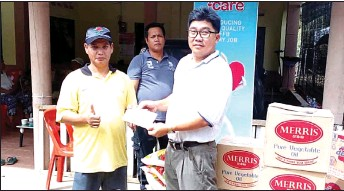 ??  ?? Lim (right) hands over the donation to Daniel, who represented Rumah Guntong.