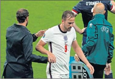 ??  ?? Momento del cambio de Harry Kane durante el partido de Inglaterra contra Escocia.