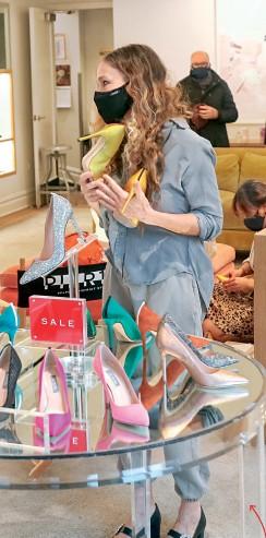 ??  ?? КУЛЬТ ТУФЕЛЬ: Страсть Кэрри Брэдшоу к туфлям вдохновила сыгравшую ее актрису Сару Джессику Паркер на запуск собственной линии обуви