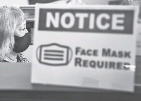 ?? TIM SHORTT/ USA TODAY NETWORK ?? The Palm Bay Chamber of Commerce in Florida reinstituted mask requirements for employees and visitors.