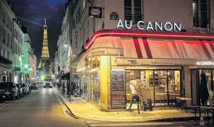 ?? PHOTO: GETTY IM­AGES ?? Clos­ing time . . . A bar owner closes up be­fore a city­wide cur­few comes into ef­fect in Paris at 9pm on Satur­day. The nightly cur­few, an­nounced by Pres­i­dent Macron in a na­tional ad­dress last week, is in ef­fect in nine cities across France be­tween 9pm and 6am in an at­tempt to curb the coun­try's sec­ond wave of Covid­19.