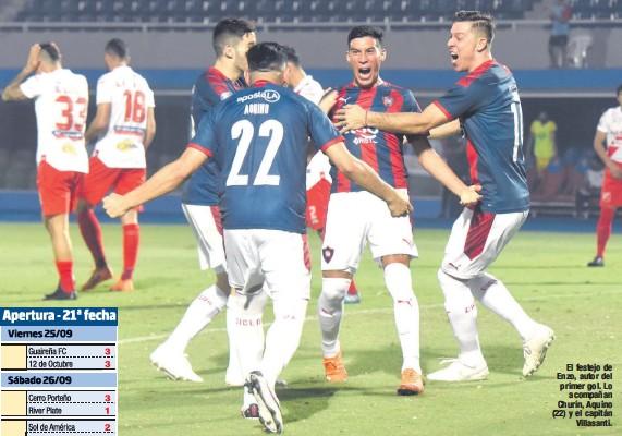 ??  ?? El festejo de Enzo, autor del primer gol. Lo acompañan Churín, Aquino (22) y el capitán Villasanti.