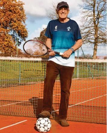 ?? Foto: Walter Brugger ?? Schwingt mit 78 Jahren immer noch fleißig den Tennisschläger: der ehemalige Spieler und Trainer der Gundelfinger FC‰Fußballer Dieter Lang.