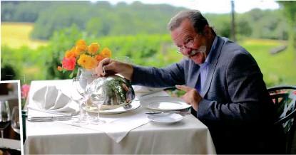 """??  ?? """" Weinpapst""""Frank Bläuel, Patron des Restaurants Tulbingerkogel, berät seine Gäste bei der Wahl von Spitzenweinen aus seiner berühmten """" Weinbibel""""."""