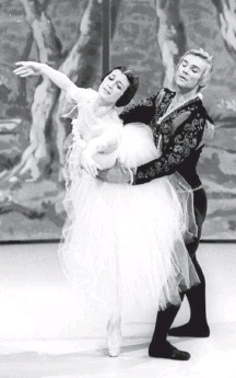 """?? ANSA/AGENCE FRANCE-PRESSE/GETTY IMAGES ?? Carla Fracci and Vladimir Vasiliev perform """"Giselle"""" in Rome in 1972. Ms. Fracci gave defining performances of romantic 19thcentury ballets — chief among them """"Giselle,"""" which remained her calling card until the end of her spectacularly long career,"""
