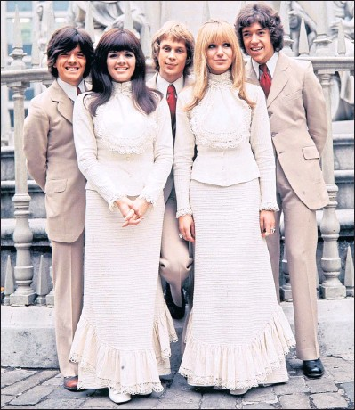 ?? Picture: Bill Zygmant ?? From left: The New Seekers' Laurie Heath, Eve Graham, Marty Kristian, Sally Graham and Chris Barington in 1969