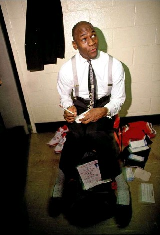 ??  ?? In 1990, in the Chicago Bulls dressing room. (Walter Iooss Jr./ NBAE/ Getty Images)