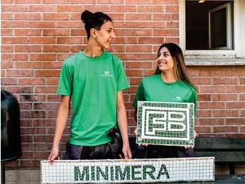 ?? FOTO: OLOF PLYM FORSHELL ?? KLARA. Sommarjobbarna Emir och Valentina visar upp konstverket i Rinkeby.