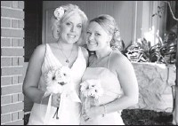 ??  ?? Social friends: Bride Tiffany Loken, left, created a Pinterest board for Trish Smith to share ideas about Smith's upcoming wedding.