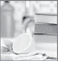 ??  ?? Su jugo es un blanqueador, desodorante, removedor de manchas, cortador natural de grasa y eliminador de moho. Sólo mezcla un poco de agua con jugo de limón y pásalo sobre las superficies que desees limpiar.
