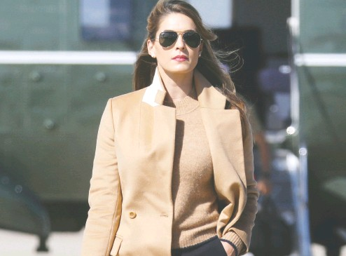 ?? Leah Milis / REUTERS ?? Hope Hicks, one of U. S. President Donald Trump's closest advisers, walks to Air Force One to join the president on the campaign trail on Wednesday. Hicks tested positive for COVID-19 on Thursday.