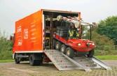 ??  ?? Das Amphicar wird mit dem Gw-schiene transportiert. Es kann im Aufbau gestartet werden und selbstständig herausfahren.