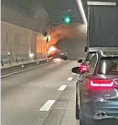 ?? 20MIN/NEWS-SCOUT ?? Das brennende Auto im Tunnel.