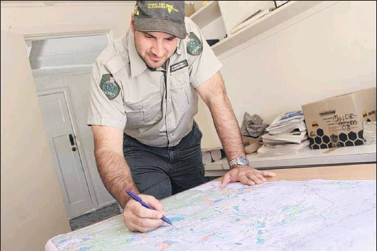 ?? PHOTO: Brad Worrall ?? MAPPING IT OUT: Forest Fire Management's District Manager Ovens Jarrod Hayse studies the planned burns map for the region ahead of the first fuel reduction burn this week.