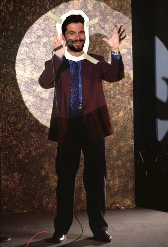 ??  ?? Notre kamikaze, Charles Audier a tenté d'endosser le costume de Jerry Seinfeld, mais le stand- up ne s'improvise pas tant que ça…