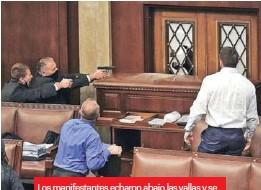 ??  ?? Los manifestantes echaron abajo las vallas y se metieron a la mala al Capitolio.