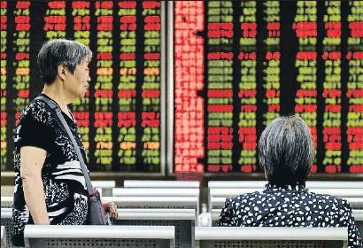 ?? GREG BAKER / AFP ?? El banco central chino dejó caer la divisa y abrió otro frente en la guerra comercial