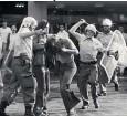 ??  ?? Пока немецкие студенты учились стрелять, немецкая полиция училась разгонять демонстрации
