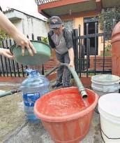 ??  ?? Quejas. Vecinos dicen que los daños en una bomba de abastecimiento genera la escasez.
