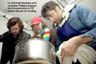 ??  ?? Le chef Inaki Aizpitarte et le comédien Philippe Katerine font la popote pour la 10e remise des prix du Fooding.