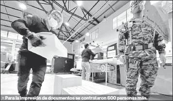 ?? Fotos: Patricio terán / el comercio ?? •• Para la impresión de documentos se contrataron 600 personas más.