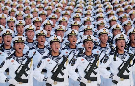 ?? (© China MoD/ Wang Weidong et Mu Keshuang) ?? Photo ci-dessus : Des marins de l'Armée populaire de libération (APL) répètent pour les cérémonies du 70e anniversaire de la République populaire de Chine. Le 1er octobre 2019, 15 000 militaires ont ainsi défilé dans les rues de Pékin. À tous les échelons de la structure de commandement, des commissaires politiques s'assurent de la loyauté des troupes au Parti communiste, auquel obéit l'APL — et non à une entité étatique chinoise théorique.