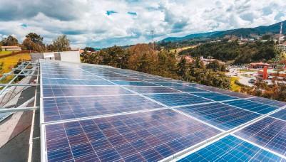 ??  ?? La estrategia de sostenibilidad de Grupo Aval le apunta a hacer uso de energías limpias como la fotovoltaica.