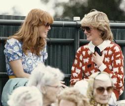 """??  ?? A la izq., con su """"mejor amiga"""" Diana de Gales, en 1983. Debajo, en el funeral de la princesa, en la Abadía de Westminster, en 1997, acompañada de sus hijas y su madre, Susan Barrantes."""