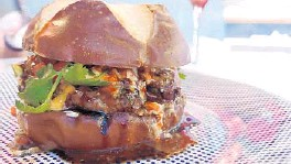 ?? AMY DREW THOMPSON/ORLANDO SENTINEL ?? Bem Bom's lamb burger: a multiple-napkin culinary experience that might just be perfect.