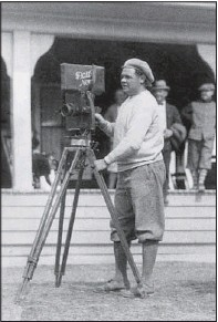 ?? Democrat-Gazette file photo ?? Babe Ruth, by then a New York Yankee, stands outside the Hot Springs Country Club with a movie camera in the 1920s.
