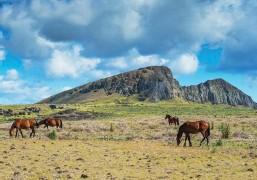 ??  ?? C'est sur les flancs et dans le cratère du volcan Rano Raraku que furent taillés la plupart des colosses de pierre.
