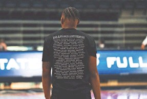?? URIEL GUTIERREZ/CAL STATE-FULLERTON ATHLETICS ?? The back of the shirts made by Dedrique Taylor lists all 98 Black head coaches in Division I men's college basketball.