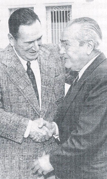 ??  ?? Símbolo. Dos antiguos adversarios, ahora reconciliados. Fue un año antes de la muerte de Juan D. Perón.