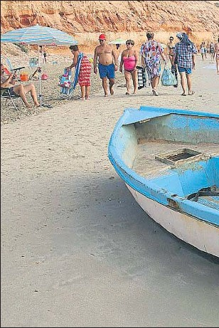 ??  ?? Las pateras que llegan a la costa de Alicante no son neumáticas