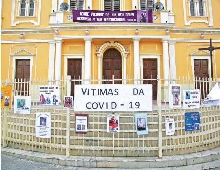 ??  ?? HOMENAGEM Ontem, Diocese fez ato em memória às vítimas da doença em Nazaré da Mata, na Mata Norte. Cartazes lembraram mortos