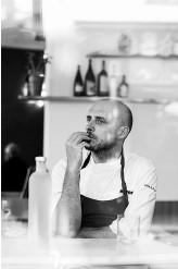 ??  ?? Giovanni Passerini, couronné meilleur chef par le Guide Fooding 2017, tient à ces repas créatifs qui soudent l'équipe. Ce soir, c'est poulet rôti fumé au foin !
