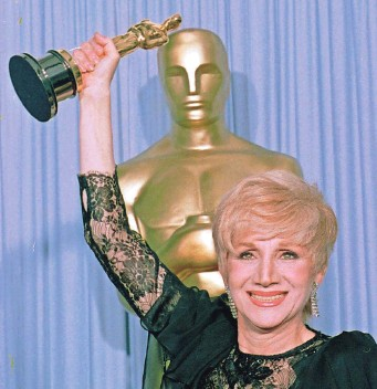 "?? LENNOX MCLENDON/AP ?? Olympia Dukakis holds her supporting actress Oscar for ""Moonstruck"" at the Academy Awards in 1988. The veteran actress plays Cher's mother in the film."
