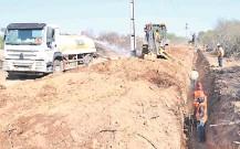 ??  ?? Obreros trabajan en la colocación de caños para el acueducto en la zona de Cruce Toledo.