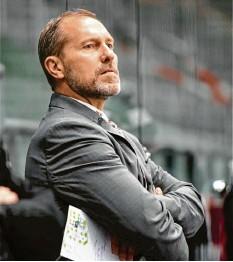 ?? Foto: Ulrich Wagner ?? Noch zwei Partien warten auf Trainer Tray Tuomie und die Augsburger Panther. Danach kann die Analyse der schwachen Aev‰saison beginnen.