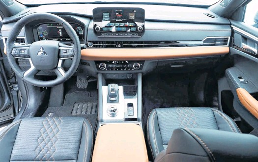 ?? CHRIS BALCERAK • POSTMEDIA NEWS ?? The interior of the 2022 Mitsubishi Outlander is positively modern.